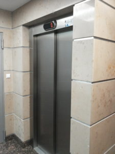 Portal windowy - na ścianach marmur Morawica i dekory ze stali nierdzewnej